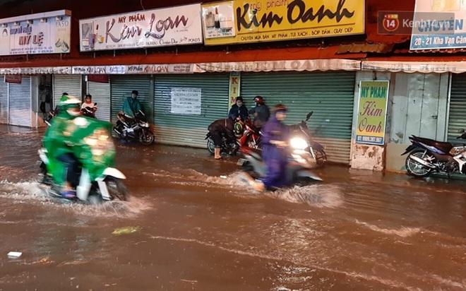 Ảnh: Nhiều tuyến phố Sài Gòn ngập sâu sau trận mưa lớn, người dân chật vật di chuyển về nhà trong đêm - ảnh 8