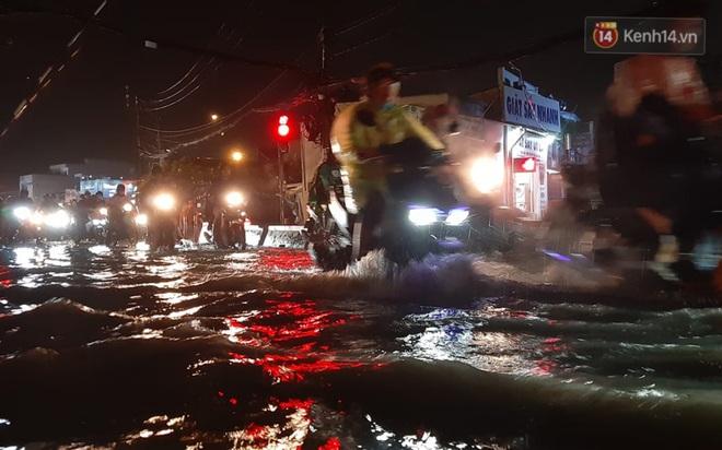 Ảnh: Nhiều tuyến phố Sài Gòn ngập sâu sau trận mưa lớn, người dân chật vật di chuyển về nhà trong đêm - ảnh 12
