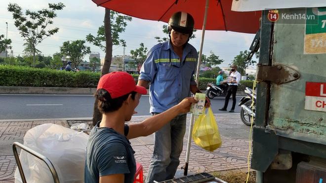 Sầu riêng bao ăn chất đống khắp vỉa hè Sài Gòn với giá siêu rẻ chỉ 50.000 đồng/kg: Gặp hạn mặn nên bán được đồng nào hay đồng đó! - ảnh 9