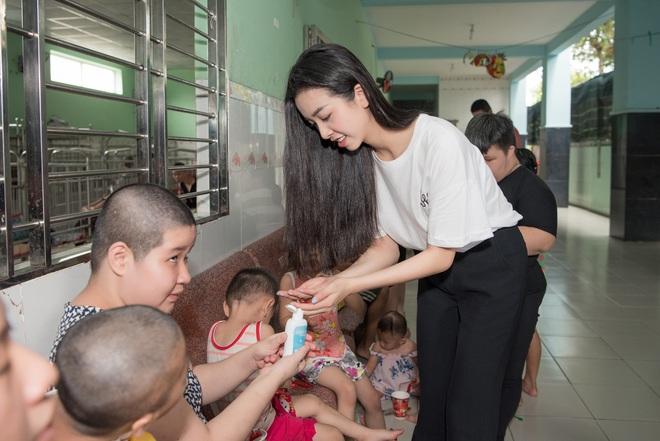 Tiểu Vy, Lương Thuỳ Linh cùng dàn Á hậu chung tay tặng quà cho trẻ em khuyết tật, mồ côi nhân ngày Tết thiếu nhi - Ảnh 14.