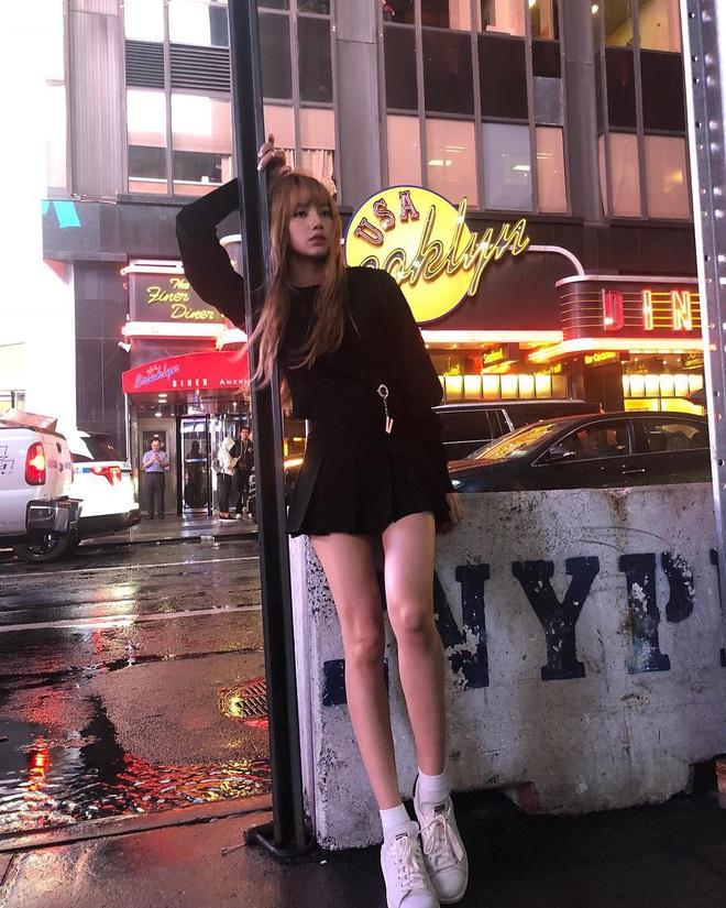 """Cuộc chiến chân dài của """"em gái quốc tế"""" Lisa và """"thủy thủ mặt trăng"""" Jang Won Young: Cùng chân dài đến nách nhưng style lại khác biệt quá đỗi - ảnh 7"""