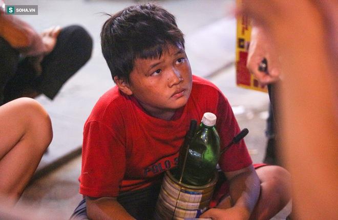 Những đứa trẻ không Tết thiếu nhi, trắng đêm phun lửa mưu sinh ở phố Tây Bùi Viện - ảnh 14