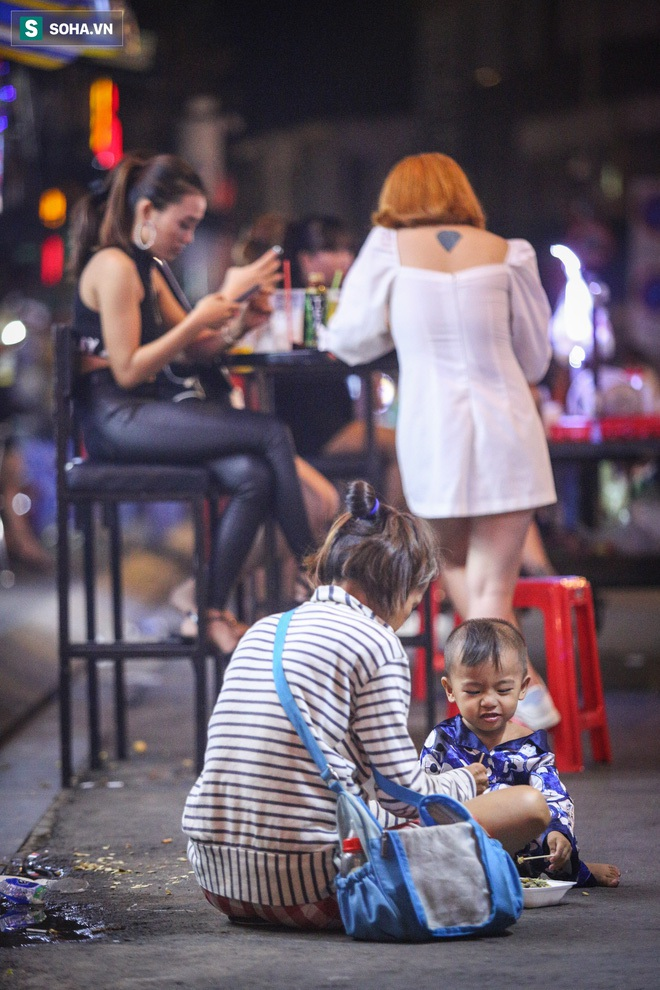 Những đứa trẻ không Tết thiếu nhi, trắng đêm phun lửa mưu sinh ở phố Tây Bùi Viện - ảnh 17