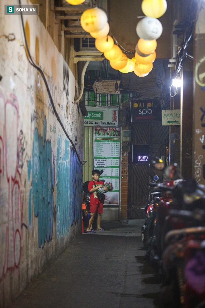 Những đứa trẻ không Tết thiếu nhi, trắng đêm phun lửa mưu sinh ở phố Tây Bùi Viện - ảnh 18