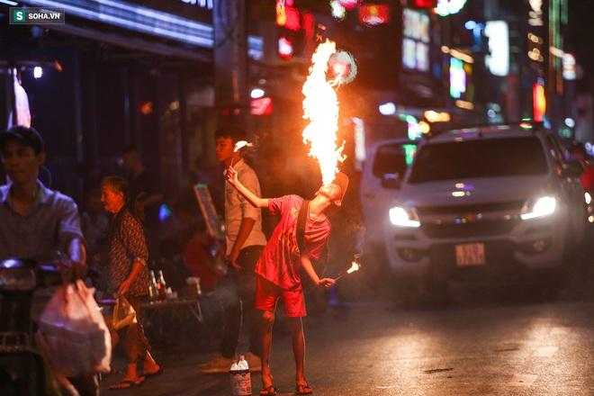 Những đứa trẻ không Tết thiếu nhi, trắng đêm phun lửa mưu sinh ở phố Tây Bùi Viện - ảnh 5