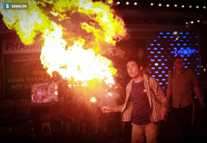 Những đứa trẻ không Tết thiếu nhi, trắng đêm phun lửa mưu sinh ở phố Tây Bùi Viện - ảnh 8