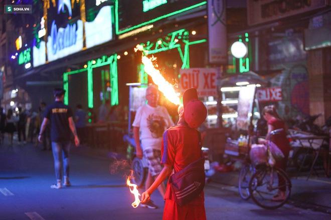 Những đứa trẻ không Tết thiếu nhi, trắng đêm phun lửa mưu sinh ở phố Tây Bùi Viện - ảnh 7