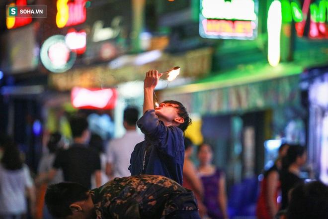 Những đứa trẻ không Tết thiếu nhi, trắng đêm phun lửa mưu sinh ở phố Tây Bùi Viện - ảnh 6