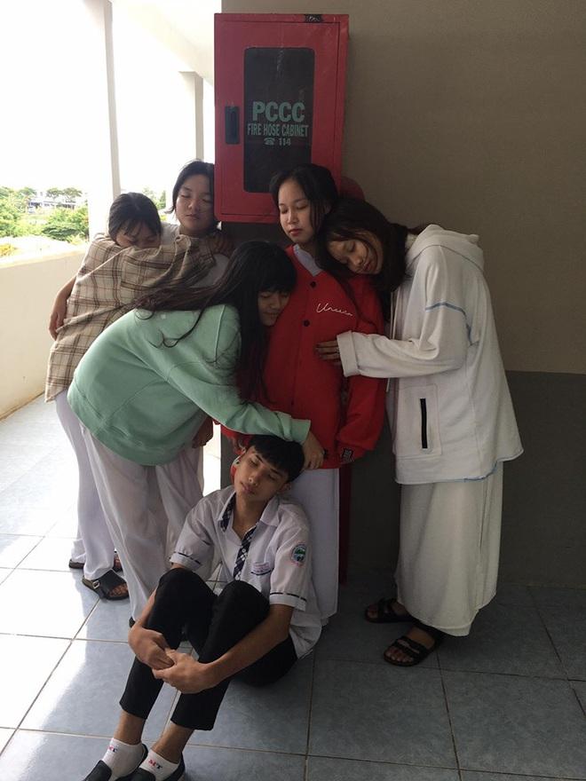 Chết cười với bộ ảnh học trò nằm la liệt khắp cầu thang, lớp học than thở mùa thi cuối kỳ - Ảnh 1.