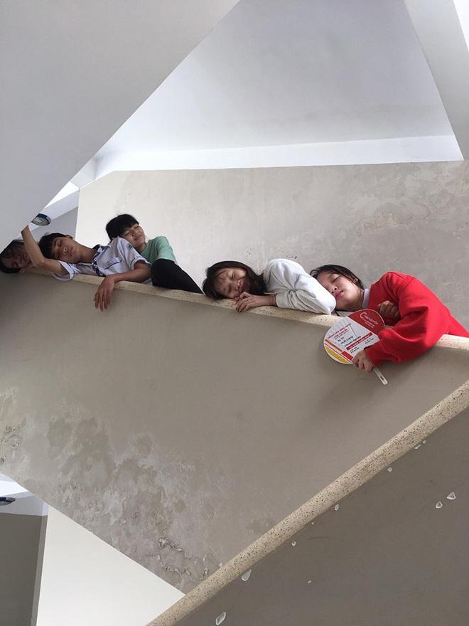 Chết cười với bộ ảnh học trò nằm la liệt khắp cầu thang, lớp học than thở mùa thi cuối kỳ - Ảnh 3.