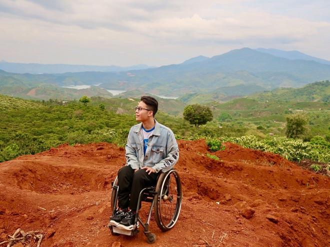 Không thể đi lại từ năm 20 tuổi, Minh làm bạn với chiếc xe lăn.