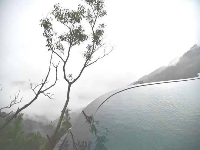 Truy tìm 4 bể bơi vô cực nằm giữa núi rừng: Nơi trú ẩn \'thần tiên\' trong những ngày miền Bắc nóng như đổ lửa - Ảnh 4.