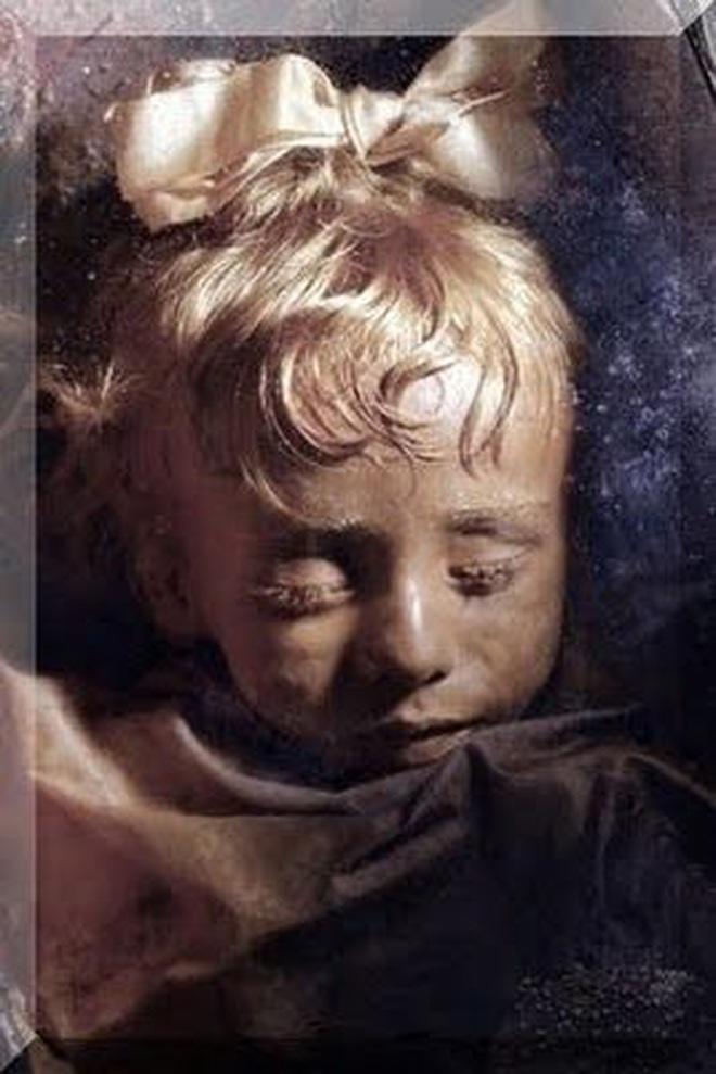 """Bí ẩn xác ướp bé gái xinh xắn được ví như phiên bản thật của """"Công chúa ngủ trong rừng"""", 100 năm tuổi vẫn còn chớp mắt - Ảnh 2."""