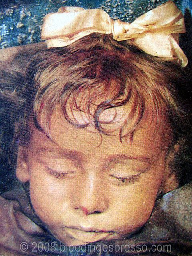 """Bí ẩn xác ướp bé gái xinh xắn được ví như phiên bản thật của """"Công chúa ngủ trong rừng"""", 100 năm tuổi vẫn còn chớp mắt - Ảnh 1."""