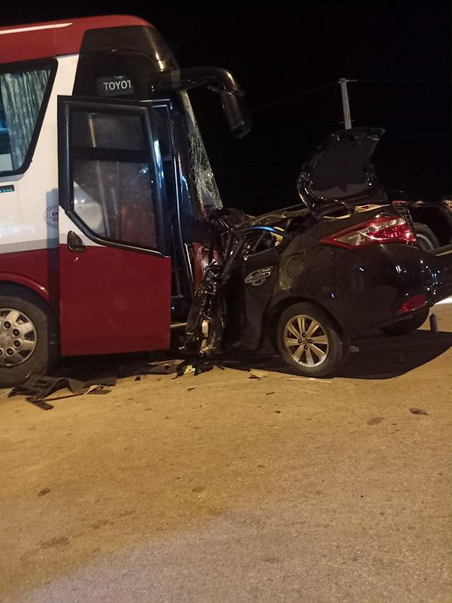 Thanh Hoá: Ô tô con đấu đầu xe khách kinh hoàng, 1 người tử vong tại chỗ, nhiều người bị thương - Ảnh 3.