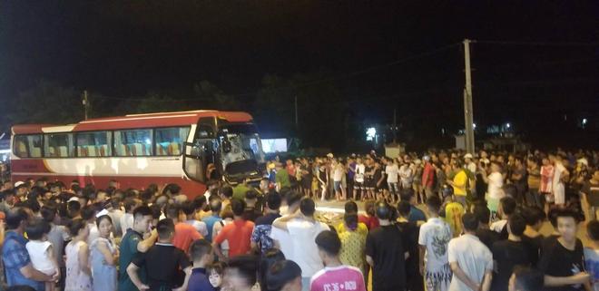 Thanh Hoá: Ô tô con đấu đầu xe khách kinh hoàng, 1 người tử vong tại chỗ, nhiều người bị thương - Ảnh 1.