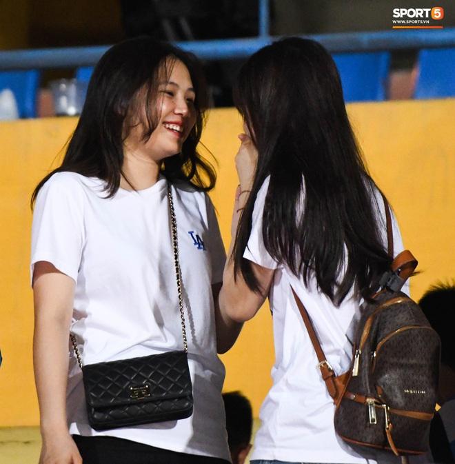Bạn gái Quang Hải khác biệt giữa dàn WAGs xinh đẹp diện dress code màu trắng đến dự sinh nhật Hà Nội FC - Ảnh 5.