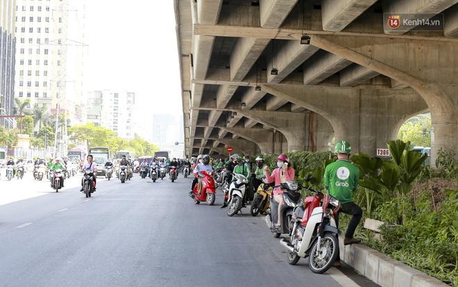 Clip: Hà Nội tiếp tục nắng nóng đỉnh điểm, người chật vật mưu sinh, người khó thở vì phải đi ngoài đường quá lâu - ảnh 4