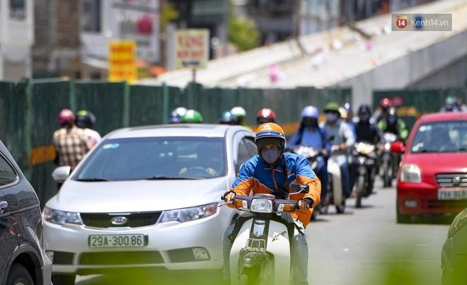 Clip: Hà Nội tiếp tục nắng nóng đỉnh điểm, người chật vật mưu sinh, người khó thở vì phải đi ngoài đường quá lâu - ảnh 3