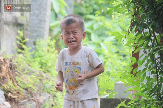 Xót cảnh 2 đứa trẻ sống cạnh những ngôi mộ, chẳng biết nói chuyện, ngày ngày đợi mẹ khờ đi xin thuốc về uống - ảnh 11