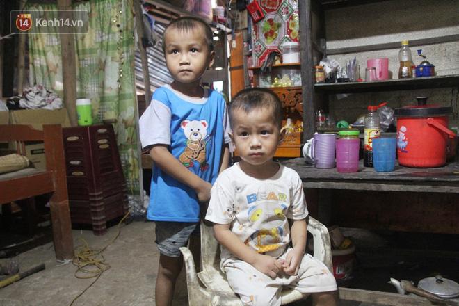 Xót cảnh 2 đứa trẻ sống cạnh những ngôi mộ, chẳng biết nói chuyện, ngày ngày đợi mẹ khờ đi xin thuốc về uống - ảnh 4