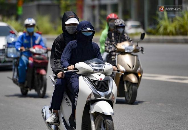 Clip: Hà Nội tiếp tục nắng nóng đỉnh điểm, người chật vật mưu sinh, người khó thở vì phải đi ngoài đường quá lâu - ảnh 6