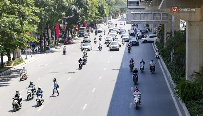 Clip: Hà Nội tiếp tục nắng nóng đỉnh điểm, người chật vật mưu sinh, người khó thở vì phải đi ngoài đường quá lâu - ảnh 8