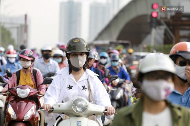 Clip: Hà Nội tiếp tục nắng nóng đỉnh điểm, người chật vật mưu sinh, người khó thở vì phải đi ngoài đường quá lâu - ảnh 5