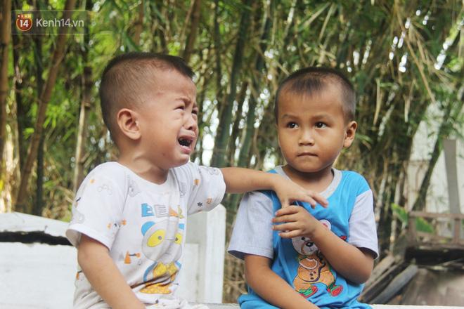 Xót cảnh 2 đứa trẻ sống cạnh những ngôi mộ, chẳng biết nói chuyện, ngày ngày đợi mẹ khờ đi xin thuốc về uống - ảnh 8
