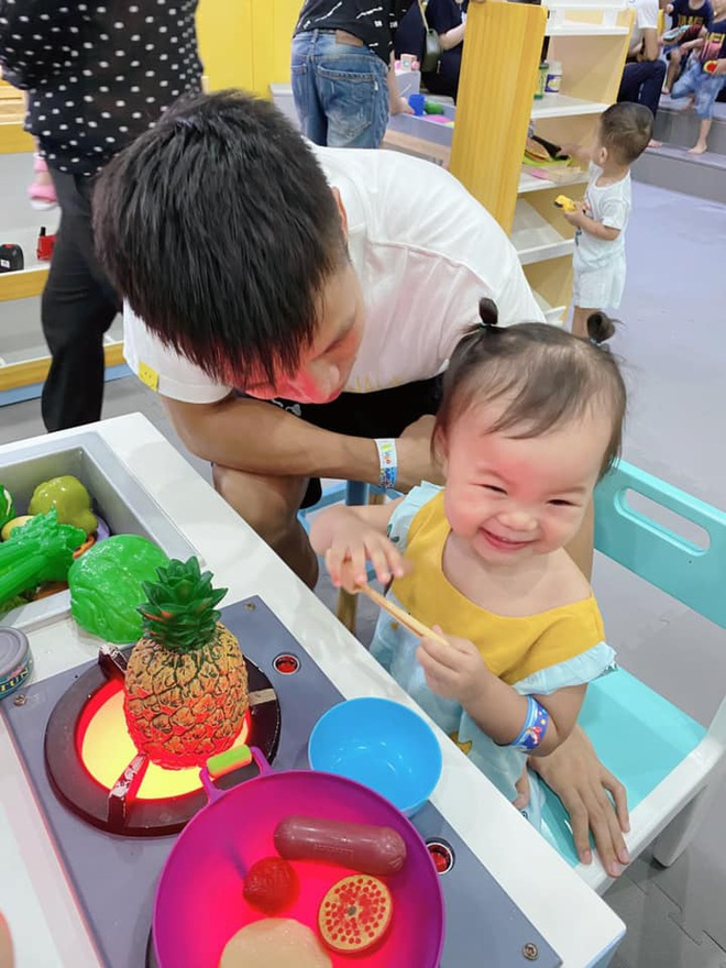 Quế Ngọc Hải chia sẻ niềm hạnh phúc giản đơn: Ngày đầu tiên con đi học cũng là dịp bố mẹ kỷ niệm 5 năm bên nhau - ảnh 2