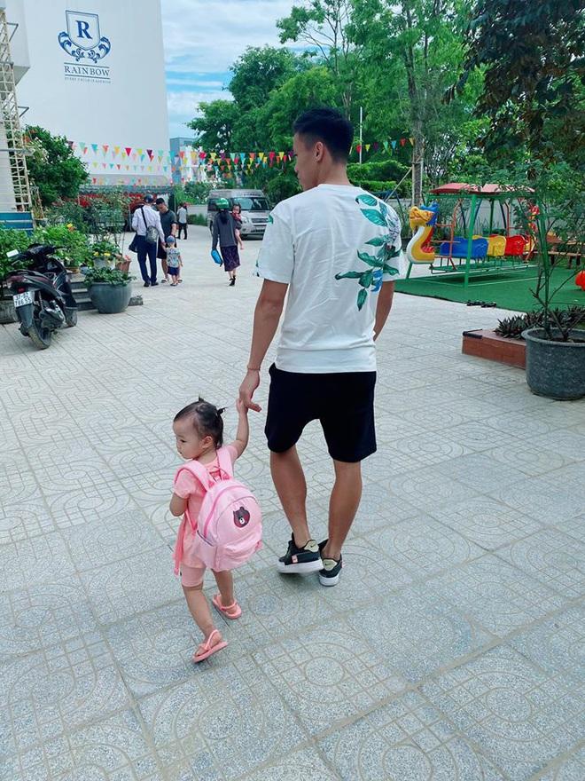 Quế Ngọc Hải chia sẻ niềm hạnh phúc giản đơn: Ngày đầu tiên con đi học cũng là dịp bố mẹ kỷ niệm 5 năm bên nhau - ảnh 1