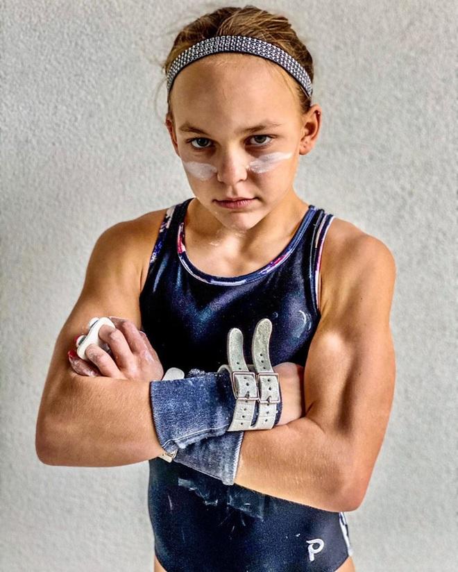 Nữ VĐV nhí mới 10 tuổi đã có 6 múi căng đét cùng cơ bắp cuồn cuộn, gây choáng khi hé lộ số thời gian tập luyện mỗi tuần - ảnh 2