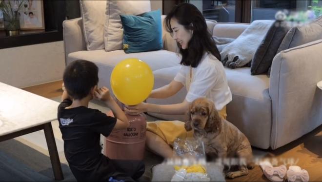 Vợ chủ tịch Taobao lần đầu tiên đưa cả 2 con vào vlog riêng và liên tục khoe nhẫn ở ngón áp út ẩn ý tình trạng của vợ chồng - ảnh 3