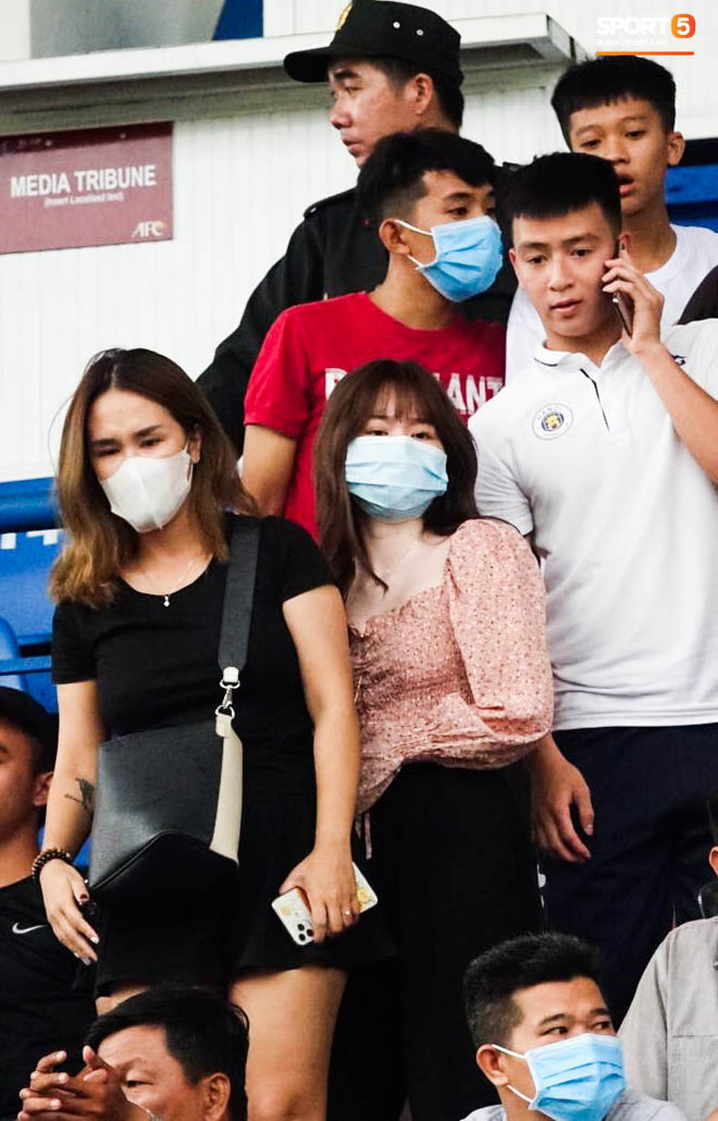 """Huỳnh Anh """"tỏ ra mình ổn"""" khi đến sân xem Quang Hải thi đấu, nét mặt mệt mỏi gây chú ý - Ảnh 3."""
