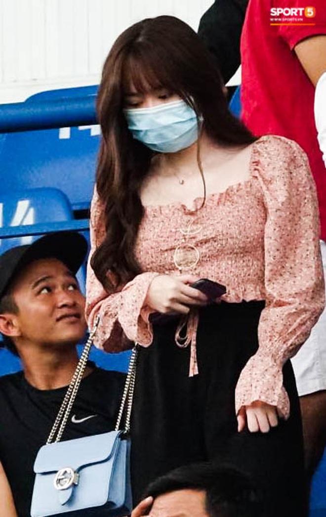 """Huỳnh Anh """"tỏ ra mình ổn"""" khi đến sân xem Quang Hải thi đấu, nét mặt mệt mỏi gây chú ý - Ảnh 2."""