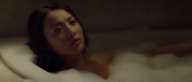 Ngượng chín mặt với cảnh Yaya Trương Nhi tắm bồn, trai đẹp sáu múi khỏa thân dầm mưa ở teaser Chồng Người Ta - ảnh 2