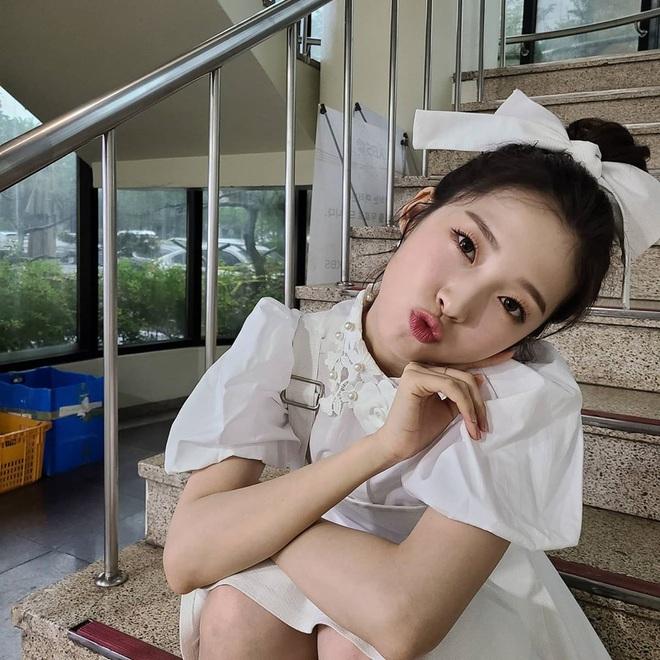 """7 kiểu tóc búi """"mix"""" phụ kiện xinh xẻo của loạt mỹ nhân Hàn, bạn học theo thì tóc tai sẽ chẳng bao giờ """"chán đời"""" - Ảnh 8."""