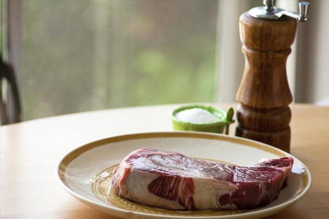 Có tới 5 sai lầm phổ biến khi sơ chế thịt lợn khiến món ăn quen thuộc trở thành thứ gây hại cho sức khỏe - ảnh 1