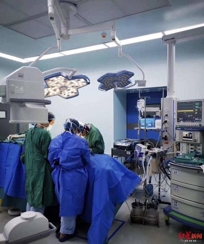 Cậu bé 3 tuổi bị thủng 8 lỗ ở ruột vì nuốt 22 viên bi nam châm vào bụng - ảnh 2