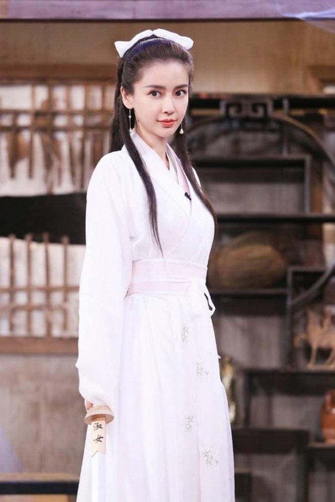 Bất ngờ cosplay Tiểu Long Nữ, Angela Baby bị so sánh với Lưu Diệc Phi nhưng động thái của Vu Chính mới đáng bàn - ảnh 2