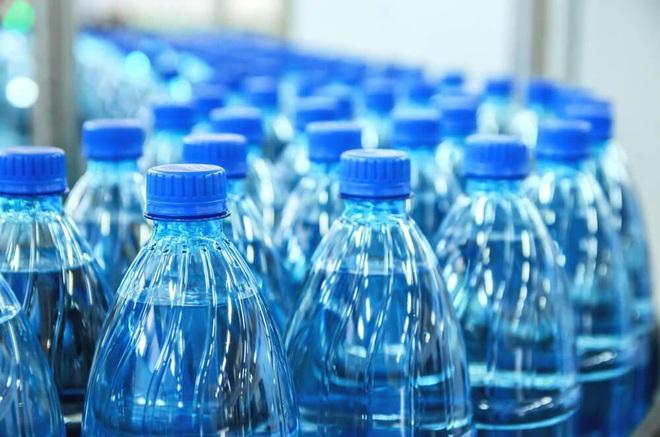Nước đóng chai, nước khoáng, nước máy đun sôi: loại nước nào uống trong thời gian dài thì tốt cho sức khỏe lẫn ví tiền? - Ảnh 1.
