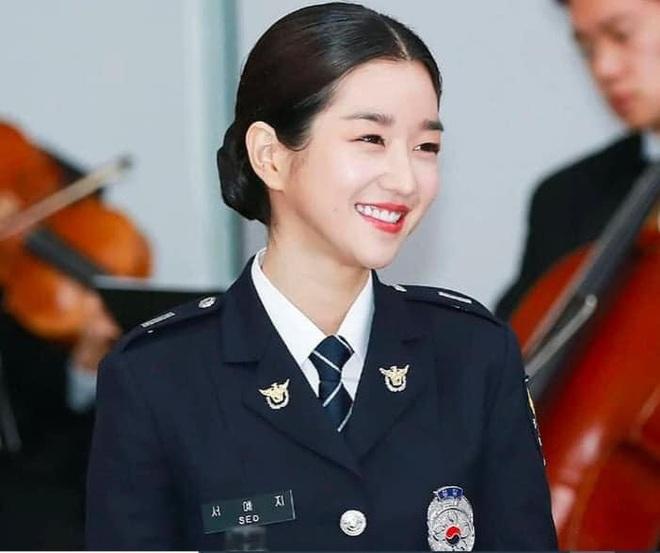Ngạc nhiên chưa, khùng nữ thích là đánh Seo Ye Ji ở Điên Thì Có Sao ngoài đời lại là cảnh sát thứ thiệt! - ảnh 3