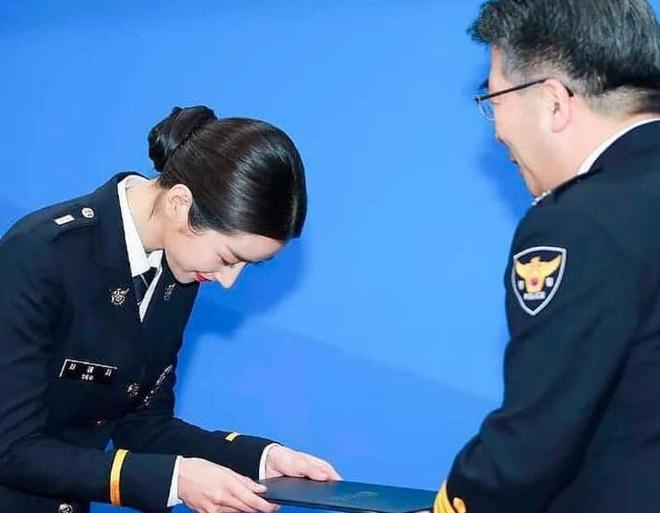 Ngạc nhiên chưa, khùng nữ thích là đánh Seo Ye Ji ở Điên Thì Có Sao ngoài đời lại là cảnh sát thứ thiệt! - ảnh 5