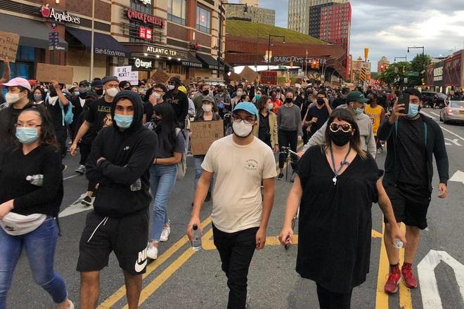 Toàn cảnh nước Mỹ bước vào đêm thứ 8 không ngủ: Làn sóng biểu tình tiếp tục đòi công bằng cho George Floyd và kêu gọi người da đen đáng được sống - ảnh 12