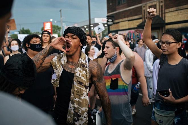 Toàn cảnh nước Mỹ bước vào đêm thứ 8 không ngủ: Làn sóng biểu tình tiếp tục đòi công bằng cho George Floyd và kêu gọi người da đen đáng được sống - ảnh 4