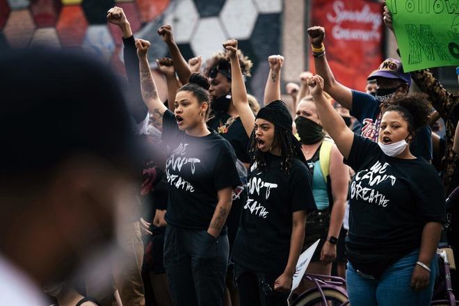 Toàn cảnh nước Mỹ bước vào đêm thứ 8 không ngủ: Làn sóng biểu tình tiếp tục đòi công bằng cho George Floyd và kêu gọi người da đen đáng được sống - ảnh 3