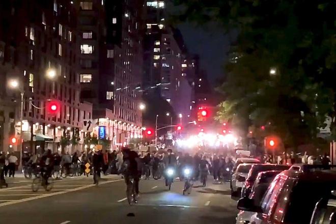 Toàn cảnh nước Mỹ bước vào đêm thứ 8 không ngủ: Làn sóng biểu tình tiếp tục đòi công bằng cho George Floyd và kêu gọi người da đen đáng được sống - ảnh 13