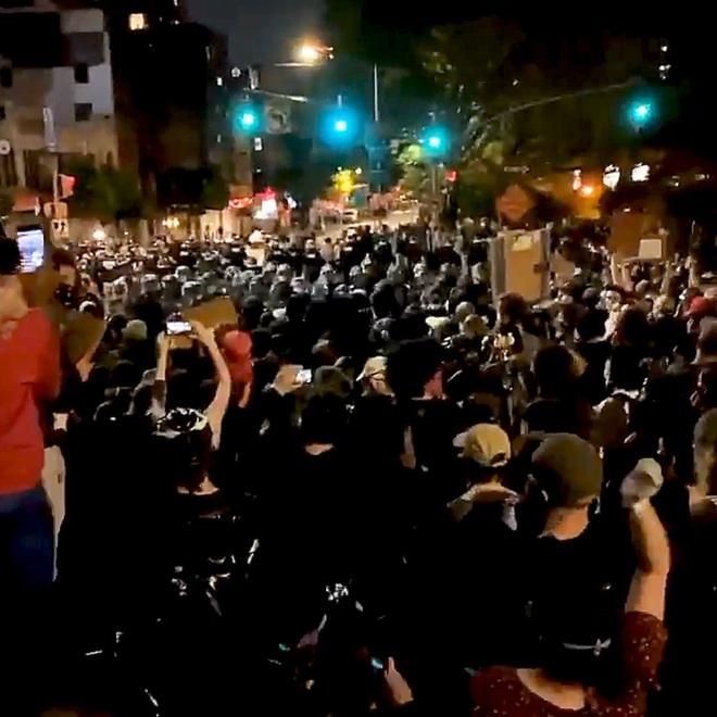 Toàn cảnh nước Mỹ bước vào đêm thứ 8 không ngủ: Làn sóng biểu tình tiếp tục đòi công bằng cho George Floyd và kêu gọi người da đen đáng được sống - ảnh 14