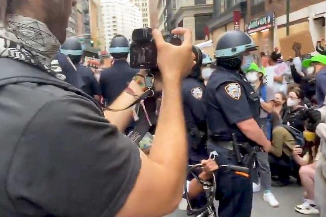 Toàn cảnh nước Mỹ bước vào đêm thứ 8 không ngủ: Làn sóng biểu tình tiếp tục đòi công bằng cho George Floyd và kêu gọi người da đen đáng được sống - ảnh 11