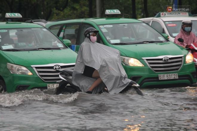Đường phố Sài Gòn ngập lênh láng sau cơn mưa lớn, người dân khổ khổ dắt xe lội nước trên đường - ảnh 13